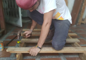 ¡Pedido de ayuda! Carpintero que dona camas a damnificados en Aragua aún necesita apoyo