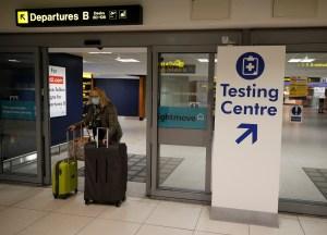 Reino Unido evalúa aislar en hoteles a todos los viajeros que lleguen al país
