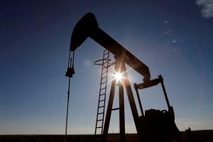 El petróleo cierra con leve alza en un mercado que consolida precios