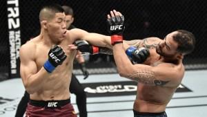 La increíble reacción de un luchador de UFC tras propinarle un fuerte golpe a su rival (Video)
