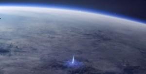 La estación espacial capturó el momento en que un rayo azul sale al espacio desde la Tierra (VIDEO)