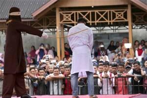 Pareja homosexual azotada en Indonesia por mantener relaciones carnales