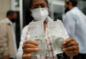 El dinero en efectivo que dan en los bancos se vuelve sal y agua en Venezuela