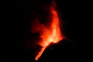 Volcán Etna experimenta su octava erupción en dos semanas