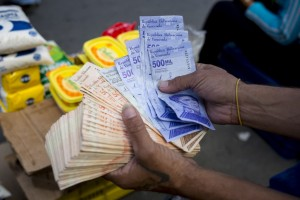 """""""¡Sálvese quien pueda!"""": Una radiografía a la deprimida economía de Venezuela"""