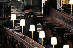 Los recuerdos que guardaba la reina Isabel II en su cartera durante el funeral del príncipe Felipe