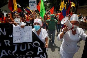 EN VIDEO: Trabajadores de la salud y sociedad civil llegan al Pnud y exigen el ingreso de las vacunas