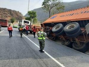 Reportan accidente de tránsito en la autopista Caracas – La Guaira este #17Abr: Una gandola involucrada (Fotos)