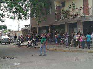 Cojedes sin distanciamiento social: Bancos y establecimientos a reventar este #16Abr (Fotos)