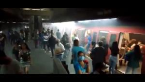 """Desalojan tren del Metro en la estación Plaza Sucre tras generarse una nube de humo """"sin razón aparente"""" (Video)"""