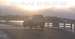 El momento en que un conductor temerario salta sobre el puente levadizo cuando se está abriendo (VIDEO)