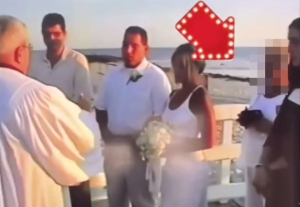 """La suegra de esta novia intentó """"tomar su lugar"""" en el altar y vestida de blanco (video)"""