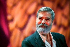 Dormía con un cochino, regaló millones y apostó que no se casaría: George Clooney a sus 60 años