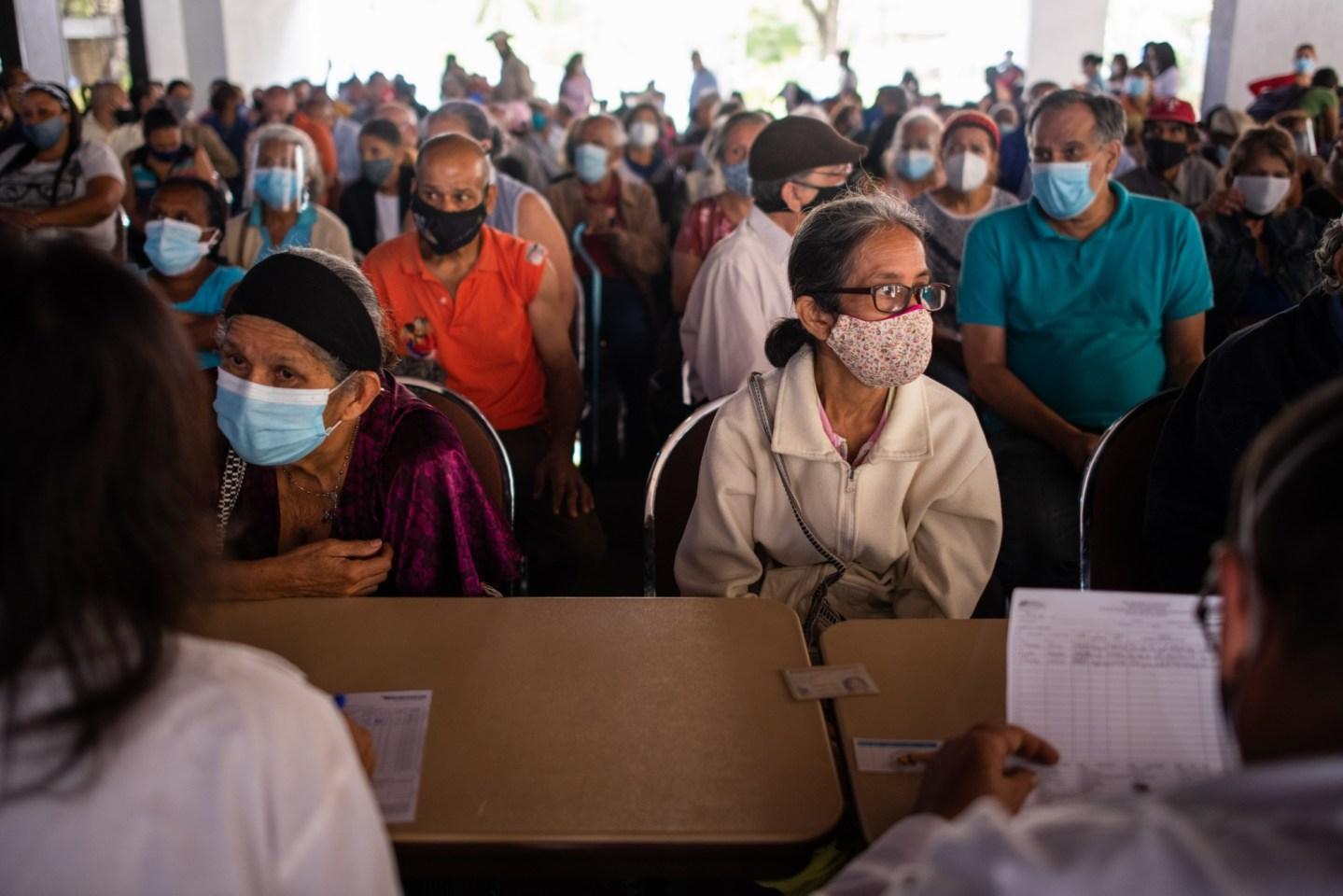 Bloomberg: En Caracas la peor fila de vacunas del mundo, la espera dura horas y no se obtiene nada