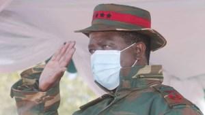 Momento en que el presidente de Zambia se desmaya durante un evento militar (Video)
