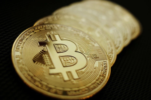 Bitcóin se disparó al menos un 11%, nivel inédito desde hace un mes