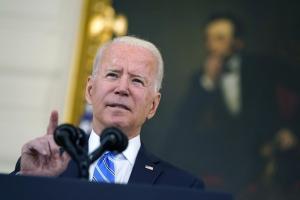 Los temores inflacionarios y la política moldean la visión de la economía de Biden, según encuesta