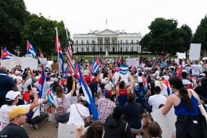 ¡Al grito de libertad! Cientos de cubanos protestaron frente a la Casa Blanca (FOTOS)