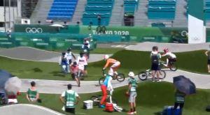 Oficial de los Juegos Olímpicos provocó un accidente por meterse en la pista de BMX (Video)