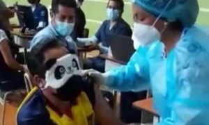 Le ATERRAN las agujas y protagonizó graciosa escena en puesto de vacunación (VIDEO)