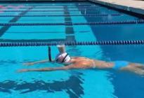 Katie Ledecky nadó 50 metros con un vaso de leche en la cabeza antes de ganar en Tokio (Video)