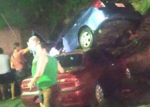 Vehículo cayó encima de otro en Bello Monte, luego que conductor perdiera el control (Fotos)