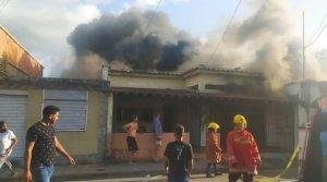 Bomberos controlaron incendio cerca del mercado municipal de Carúpano (Fotos)