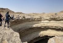 """Desde animales muertos hasta piedras preciosas: Los INCREÍBLES hallazgos en el """"Pozo del Infierno"""" en Yemen (VIDEO)"""