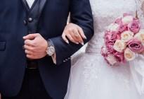 Un novio casi queda paralítico en su boda después de caer al suelo mientras sus amigos lo lanzaban al aire (VIDEO)