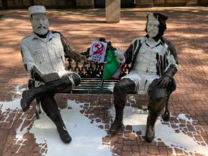 """Detienen a dos hombres por lanzar pintura blanca a la escultura de Fidel Castro y el """"Che"""" Guevara en México"""