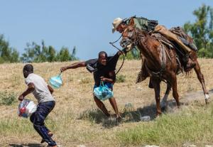 EEUU suspende temporalmente a la patrulla a caballo en la frontera con México tras agresión a migrantes