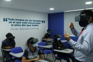 Estudiantes de Cevamar aprenden inglés con lentes de realidad virtual